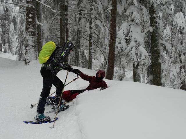 Geschwister blödeln im Schnee